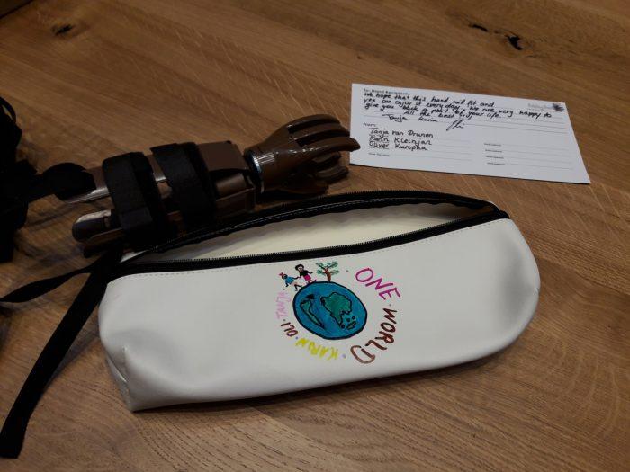 Beim diesjährigen 'Day of Giving' bauten SEGRO Mitarbeiter Handprothesen für Amputationsopfer zusammen. Diese wurden im Anschluss mit persönlichen Botschaften versehen und direkt versandfertig gemacht.